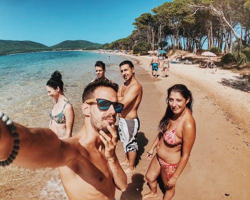 Ilmainen kuvapankkikuva tunnisteilla aurinkolasit, hauska, hiekkaranta, ihmiset