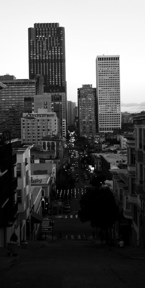 Darmowe zdjęcie z galerii z czarno-biały, długi, drapacz chmur, miasto