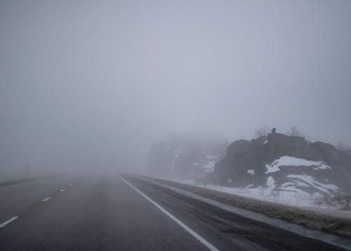 Foto profissional grátis de estrada, neblina