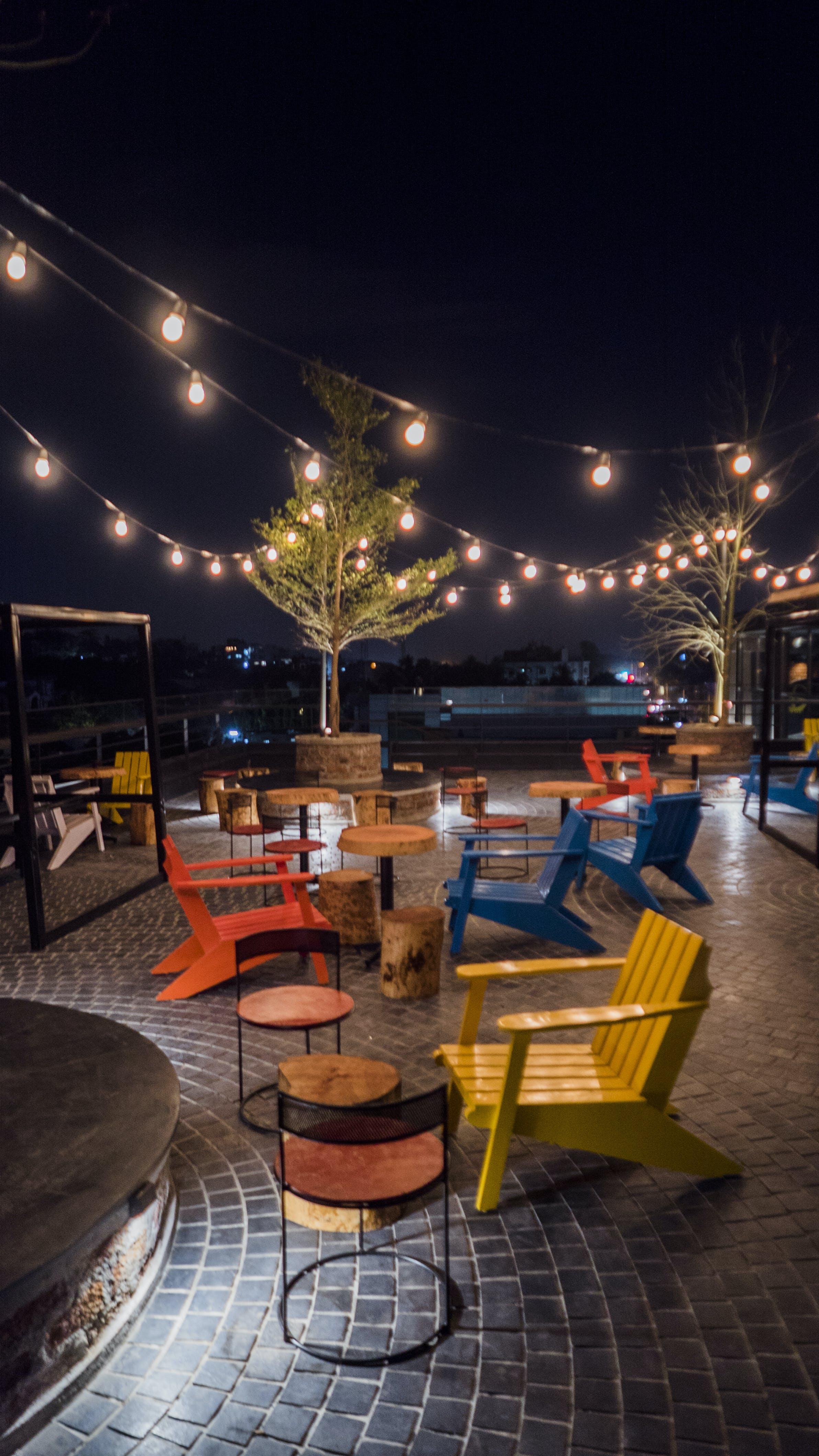 Foto profissional grátis de bar, cadeiras coloridas, céu aberto, comemoração