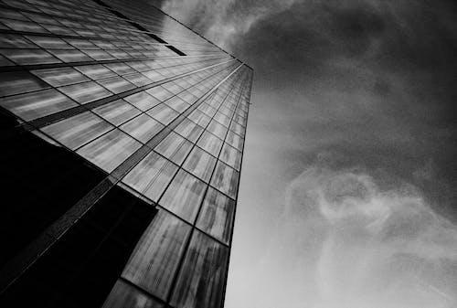 Ilmainen kuvapankkikuva tunnisteilla arkkitehtuuri, kuva alakulmasta, mustavalkoinen, perspektiivi