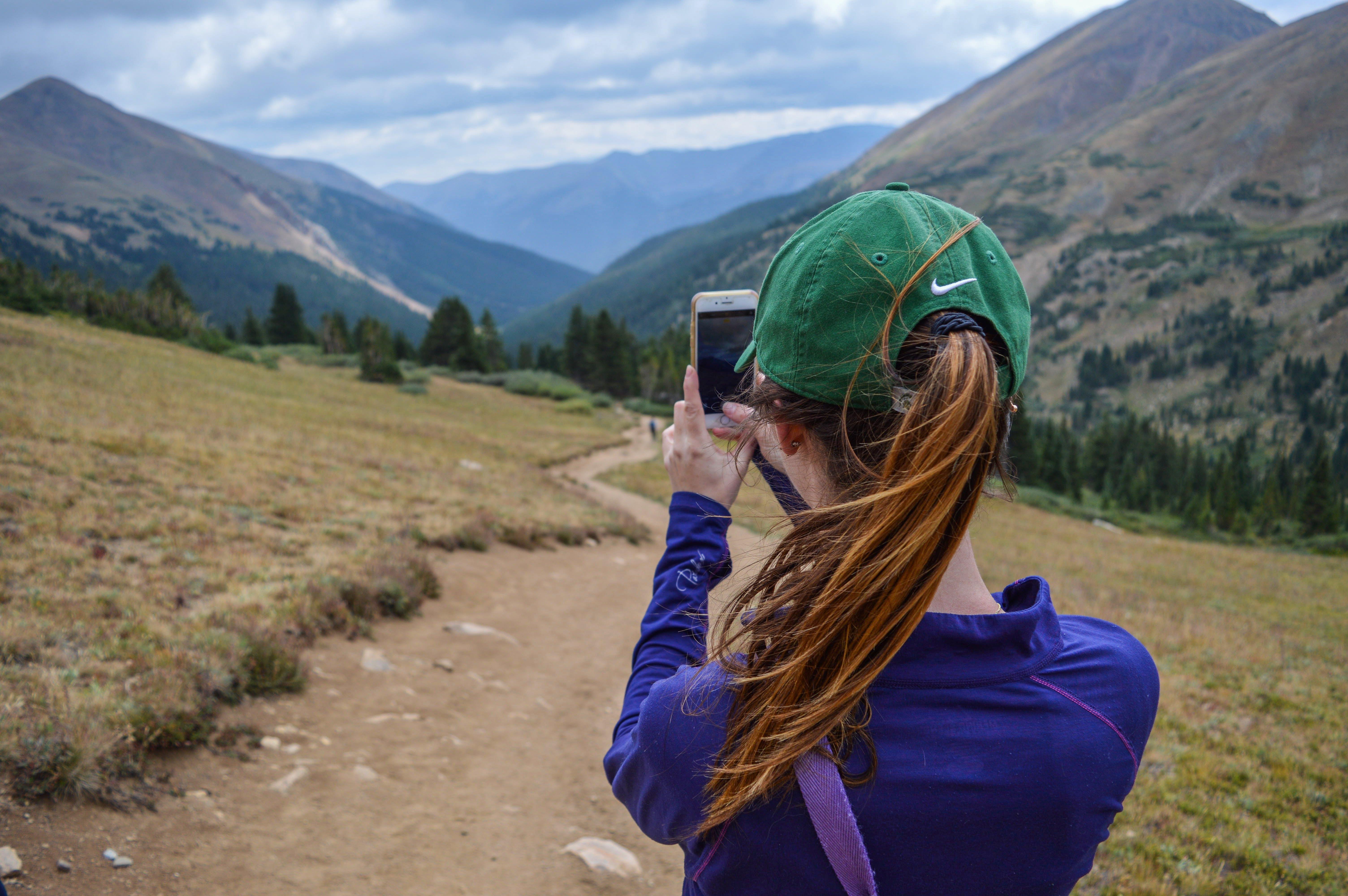 Základová fotografie zdarma na téma chodník, chytrý telefon, denní světlo, dobrodružství