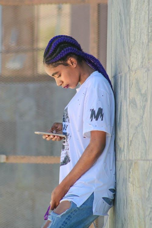 Ingyenes stockfotó nő tartja a telefont témában