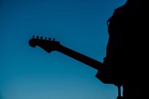 adam, arkadan aydınlatılmış, elektro gitar, karanlık içeren Ücretsiz stok fotoğraf