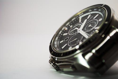 Бесплатное стоковое фото с Аналоговый, время, металл, наручные часы