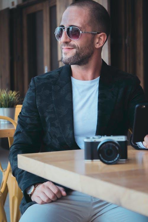 Fotobanka sbezplatnými fotkami na tému človek, dioptrické okuliare, fotoaparát, módny