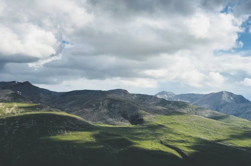 Kostenloses Stock Foto zu berge, bewölkt, gras, himmel
