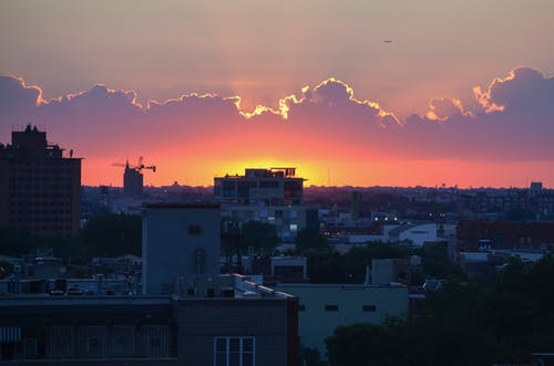 Безкоштовне стокове фото на тему «Захід сонця, місто, Старе місто, хмари»