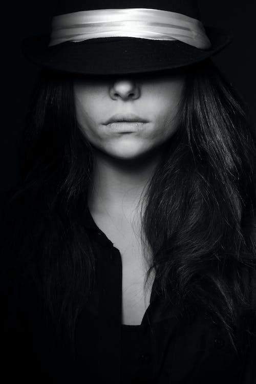 Foto d'estoc gratuïta de adult, bellesa, blanc i negre, bonic