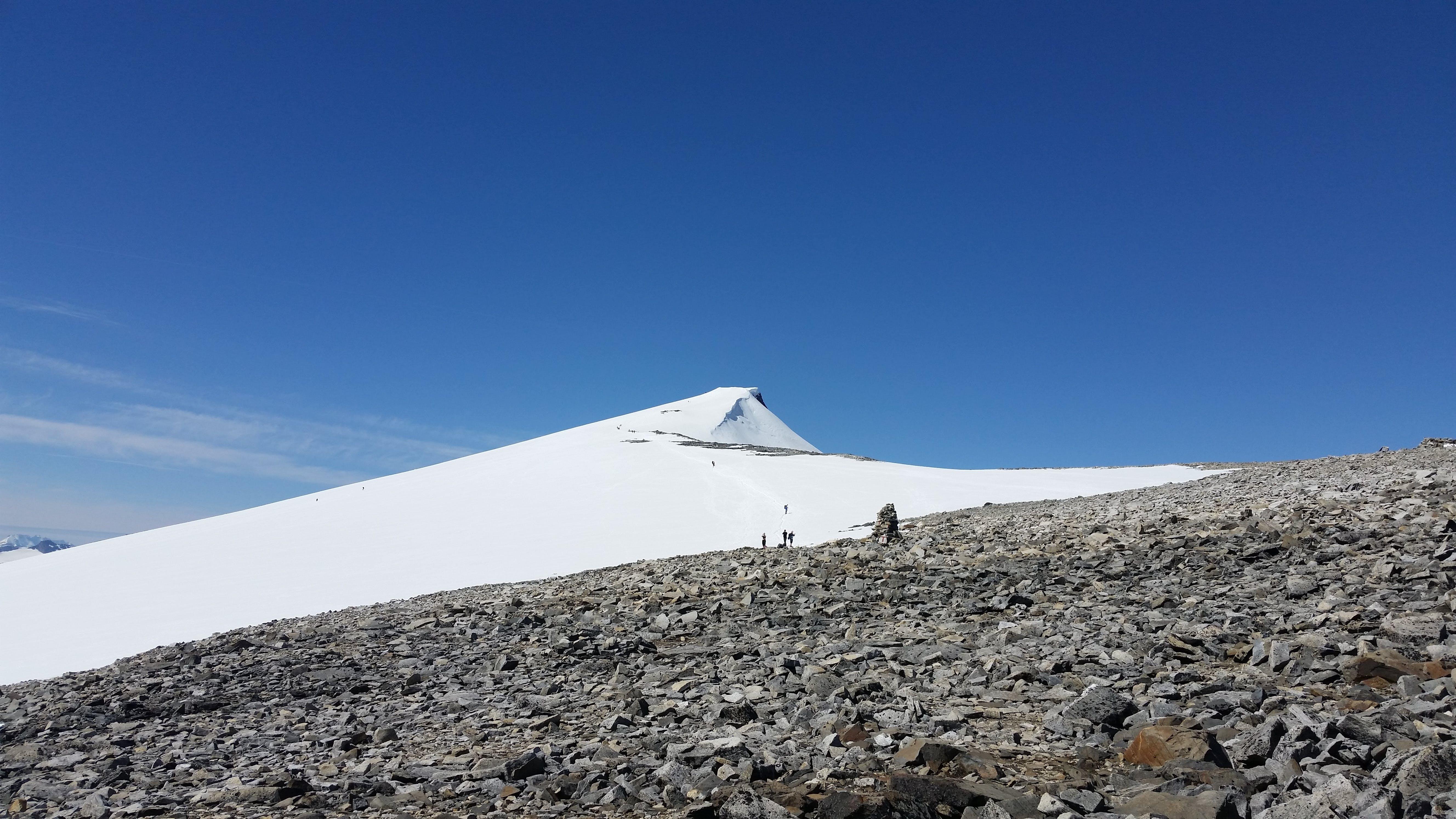 Foto d'estoc gratuïta de caminar per la muntanya, cel blau, cels blaus, fons blau