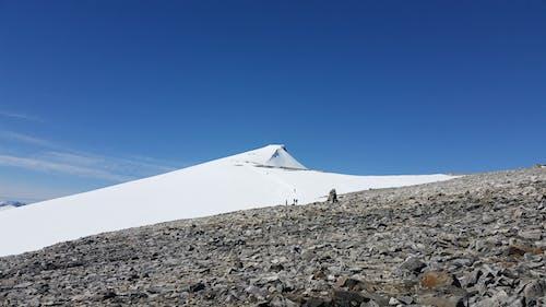 Gratis lagerfoto af bjerg, bjergvandring, blå baggrund, blå himmel