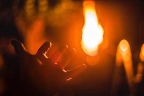 Бесплатное стоковое фото с ночь, огонь, Приключение, рука