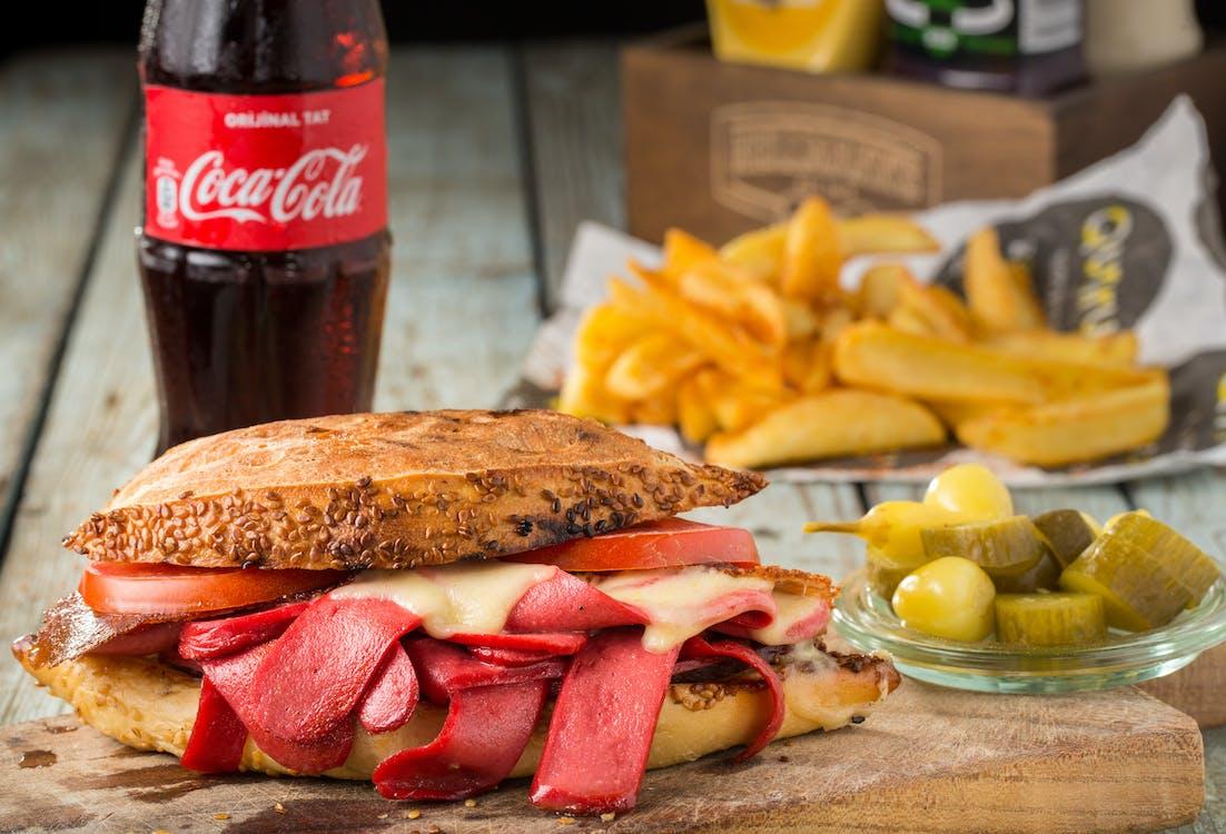 Fotografia De Close Up De Pão Com Fatias De Salsicha Com Bacon E Queijo Derretido