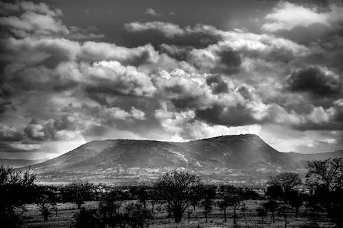 黒と白の山々と雲の無料の写真素材