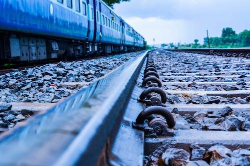 açık, akşam, demir yolu, demir yolu rayları içeren Ücretsiz stok fotoğraf
