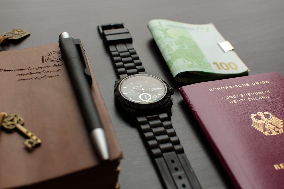 Runde Schwarze Chronographenuhr Auf Dem Tisch In Der Nähe Von Deutschland Pass Eine Banknote Auf Dem Tisch