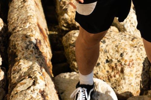 Ilmainen kuvapankkikuva tunnisteilla aurinkoinen, henkilö, jyrkänne, kallio