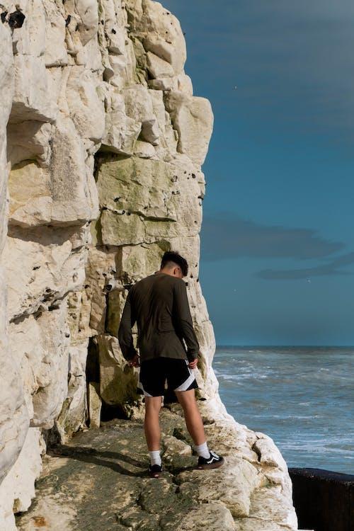 站在懸崖上的男人