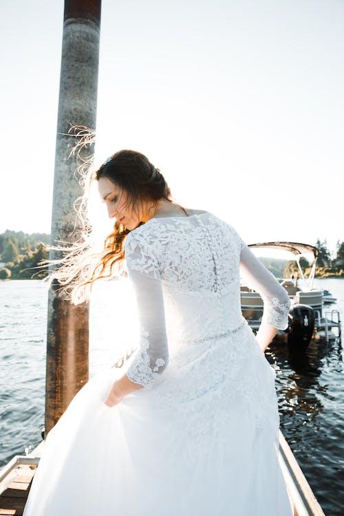 흰색 꽃 웨딩 드레스를 입고 여자