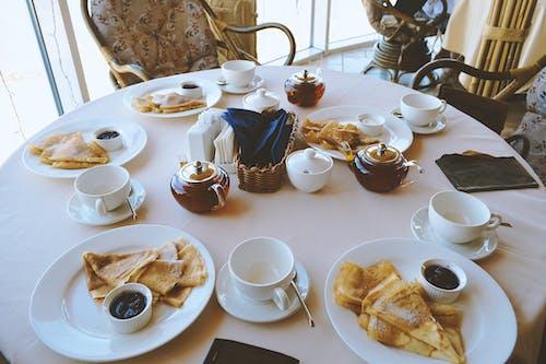 Foto profissional grátis de alimento, bule, cadeiras, café