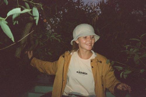 Бесплатное стоковое фото с выражение лица, деревья, женщина, куртка