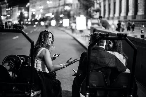 คลังภาพถ่ายฟรี ของ ขาวดำ, ตึก, ถนน, ผู้คน