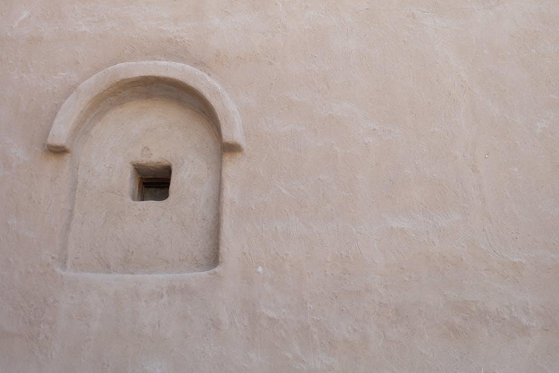 ベージュのコンクリート壁の写真