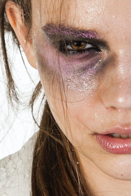 Základová fotografie zdarma na téma bílé pozadí, dívání, emoce, hnědé oči