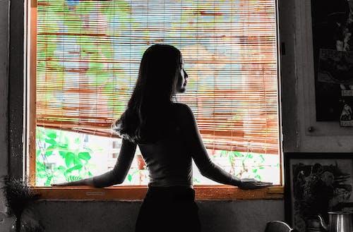 Mujer Mirando Fuera De La Ventana