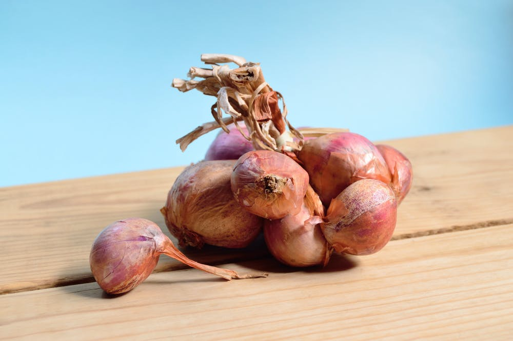 Table with onions. | Photo: Pexels