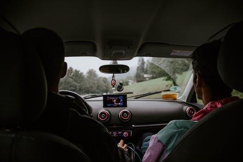 Fotobanka sbezplatnými fotkami na tému auto, čelné sklo, cestný výlet, chlapci