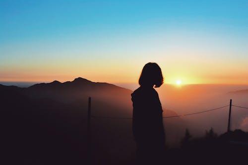 Gratis lagerfoto af aftensol, bjerg, bjerge, gylden sol