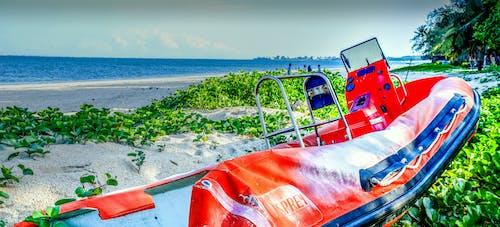 Ingyenes stockfotó hajó a strandon, Kenya, mombasa északi partja, narancs és kék gumi csónak a gyomokban témában