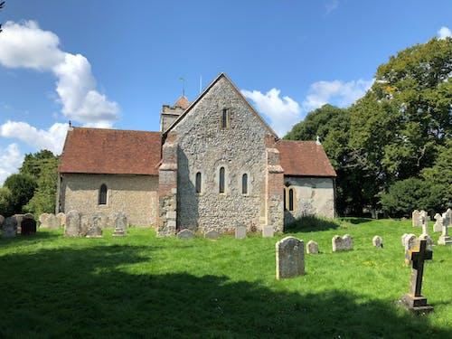 kabristan, kilise, mezar taşı içeren Ücretsiz stok fotoğraf
