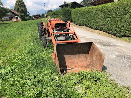 eski traktör kazıcı içeren Ücretsiz stok fotoğraf