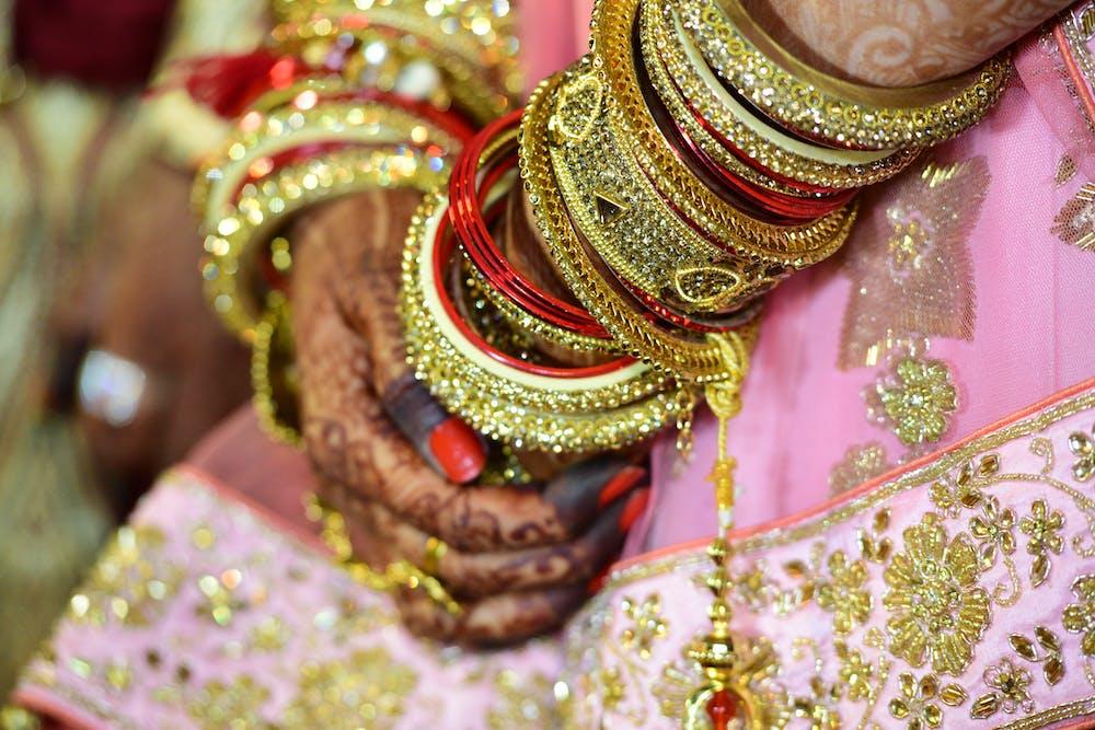 Woman wearing bangle and mehndi. | Photo: Pexels