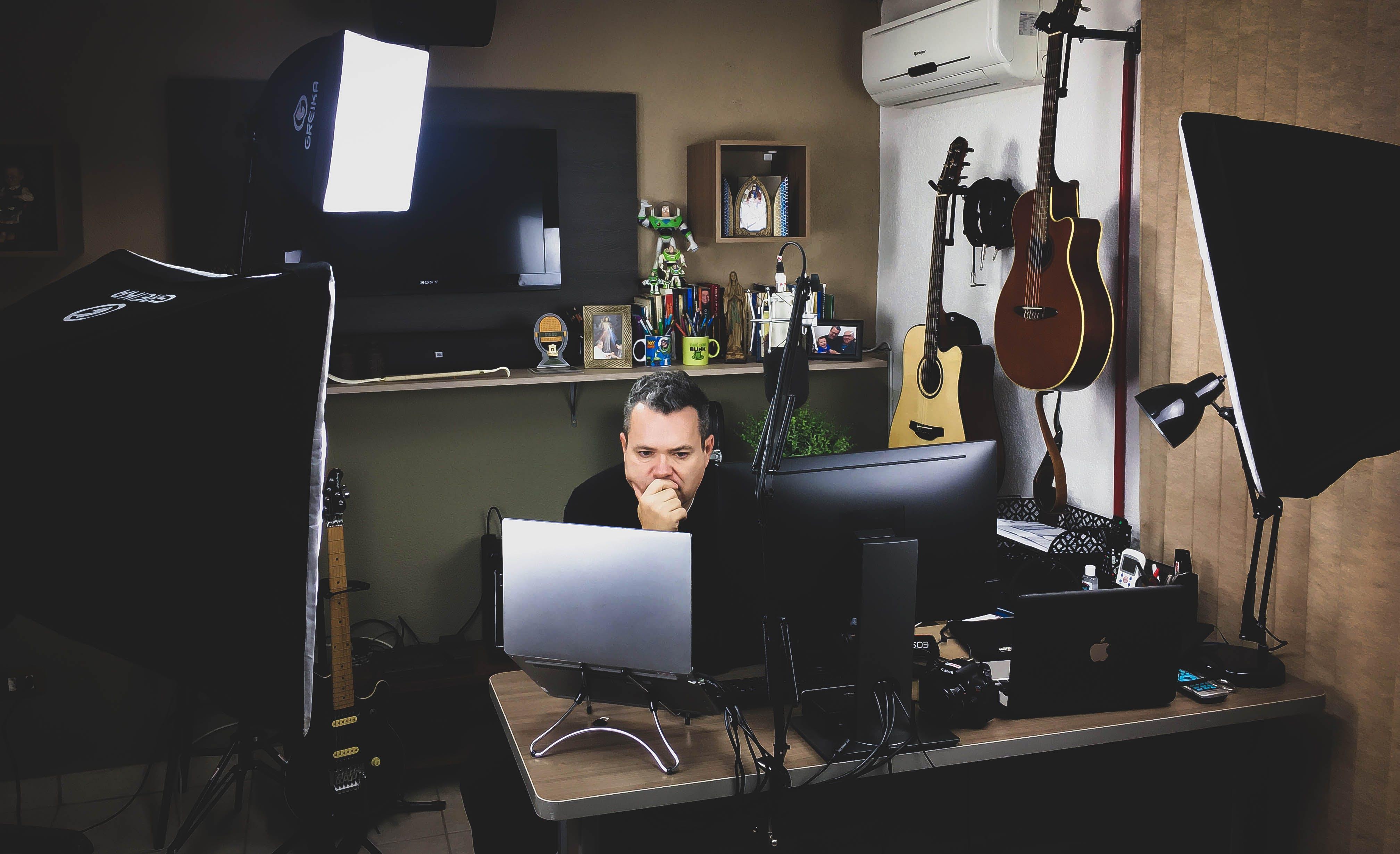 Gratis arkivbilde med arbeide, arbeidsområde, bærbar datamaskin, gitarer