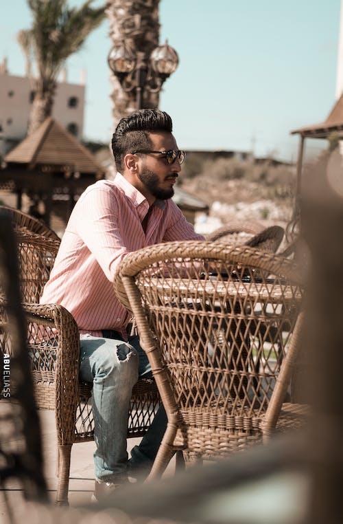 人, 坐, 墨鏡, 日光 的 免费素材照片