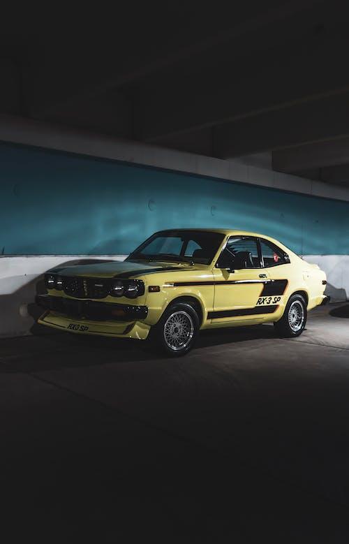 araba, coupe, duvar, kaldırım içeren Ücretsiz stok fotoğraf