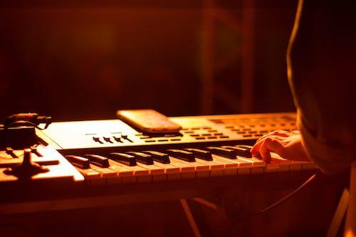 Gratis lagerfoto af finger, klaver, lys, lys show