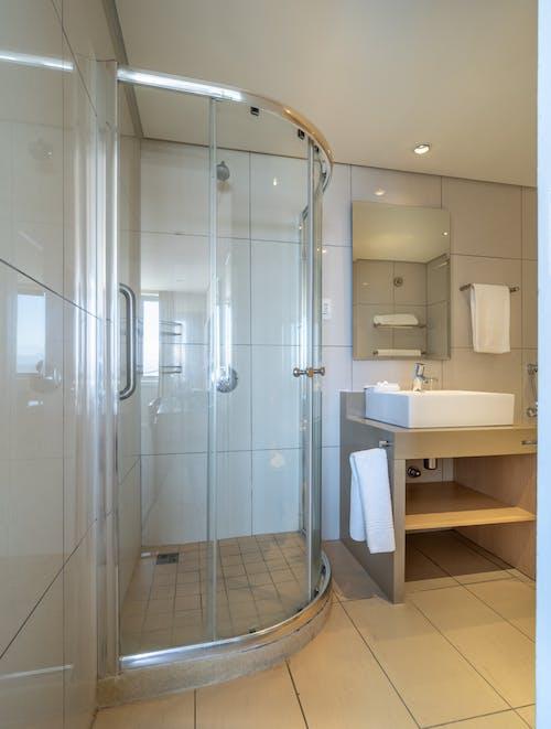 Бесплатное стоковое фото с архитектура, белый, Ванная комната, ванная комната в отеле