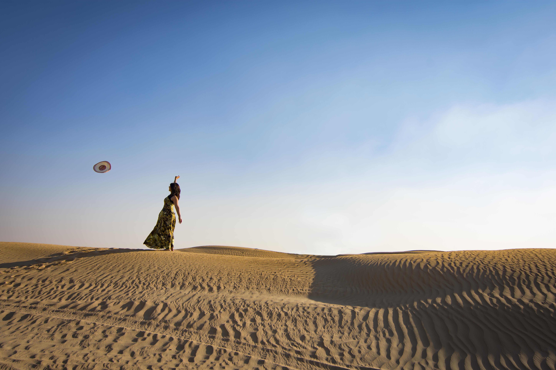 Základová fotografie zdarma na téma denní světlo, duna, fashion modelka, horko