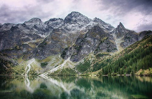 Immagine gratuita di acqua, alberi, luce del giorno, montagna