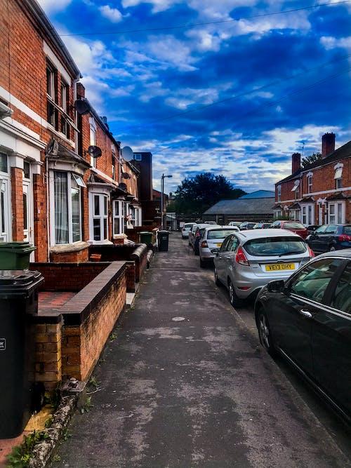 คลังภาพถ่ายฟรี ของ ถนนที่วุ่นวาย, ท้องฟ้าสีคราม, บ้านครอบครัว, มุมถนน