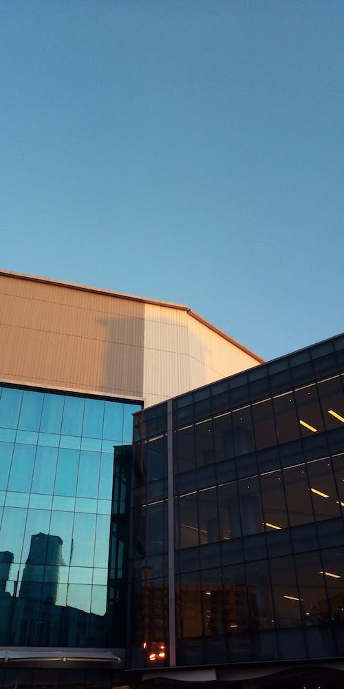 Základová fotografie zdarma na téma exteriér budovy, modrá, oranžová, skleněná okna
