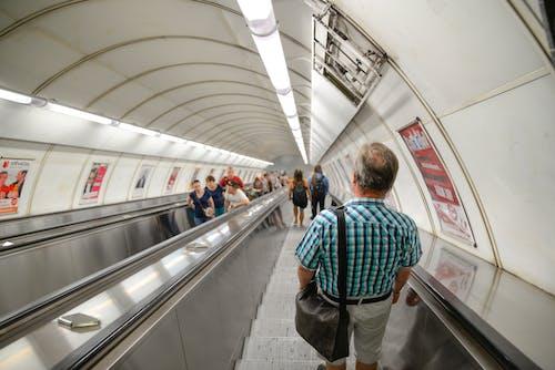 Photos gratuites de à l'intérieur, descendre, escalator, gare