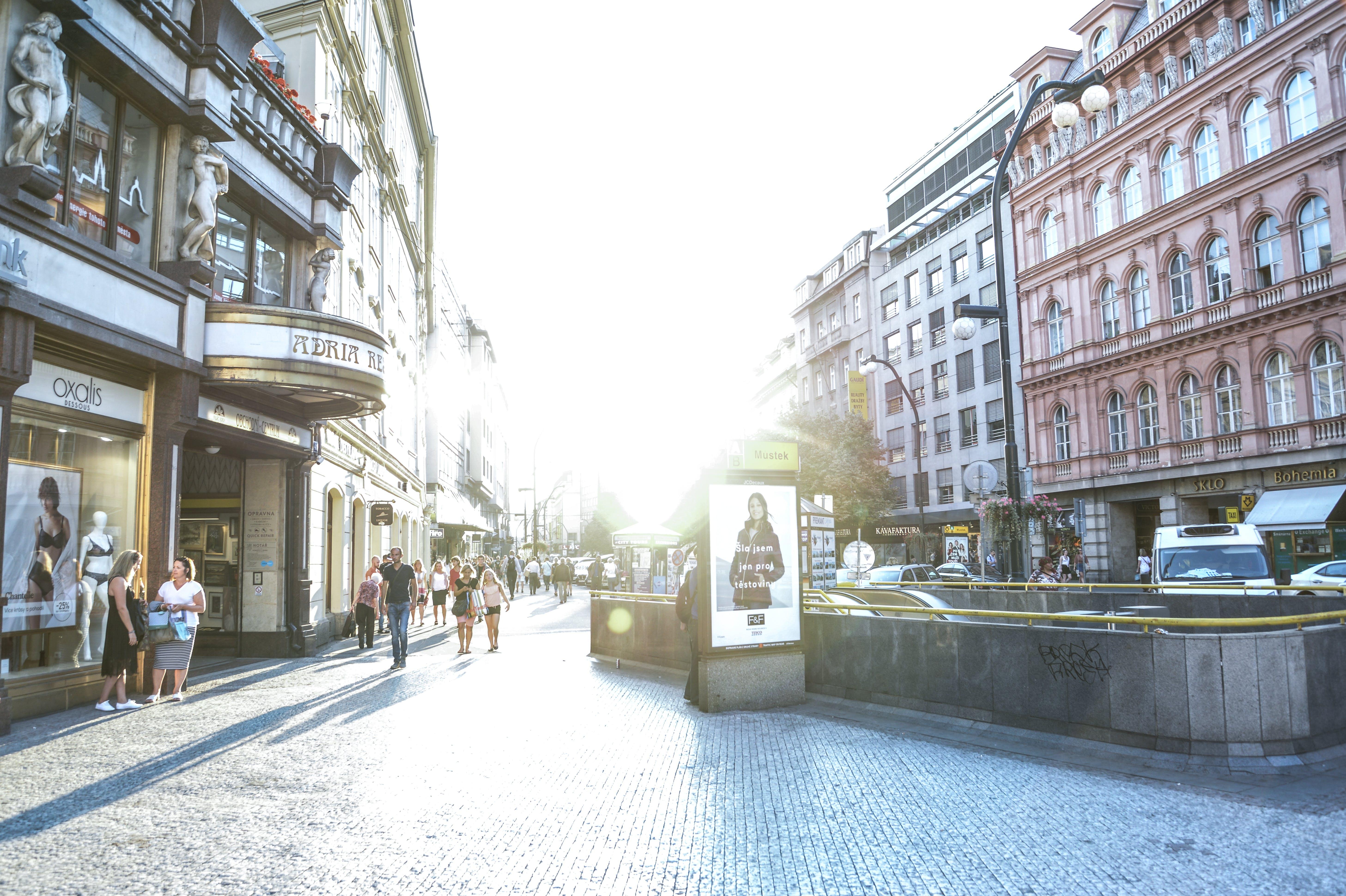 Foto d'estoc gratuïta de arquitectura, botigues, brillant, carrer