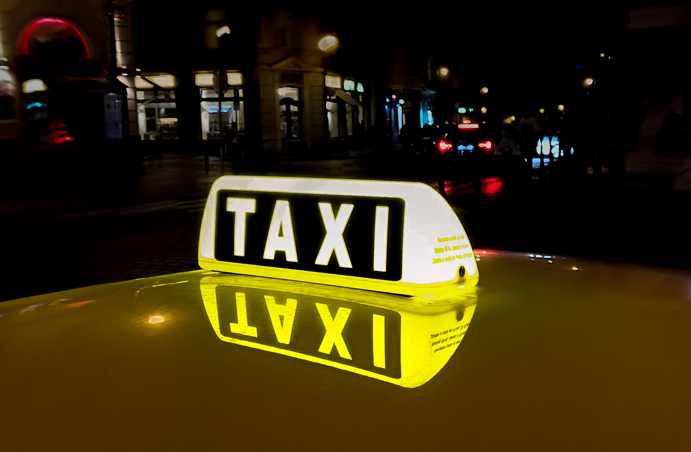 Foto d'estoc gratuïta de automòbil, carrer, carretera, ciutat