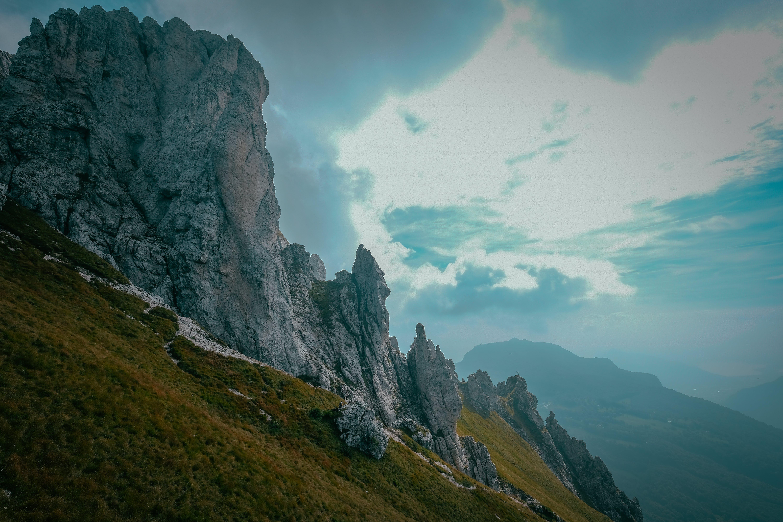 Gratis lagerfoto af bjerg, dagslys, dal, græs