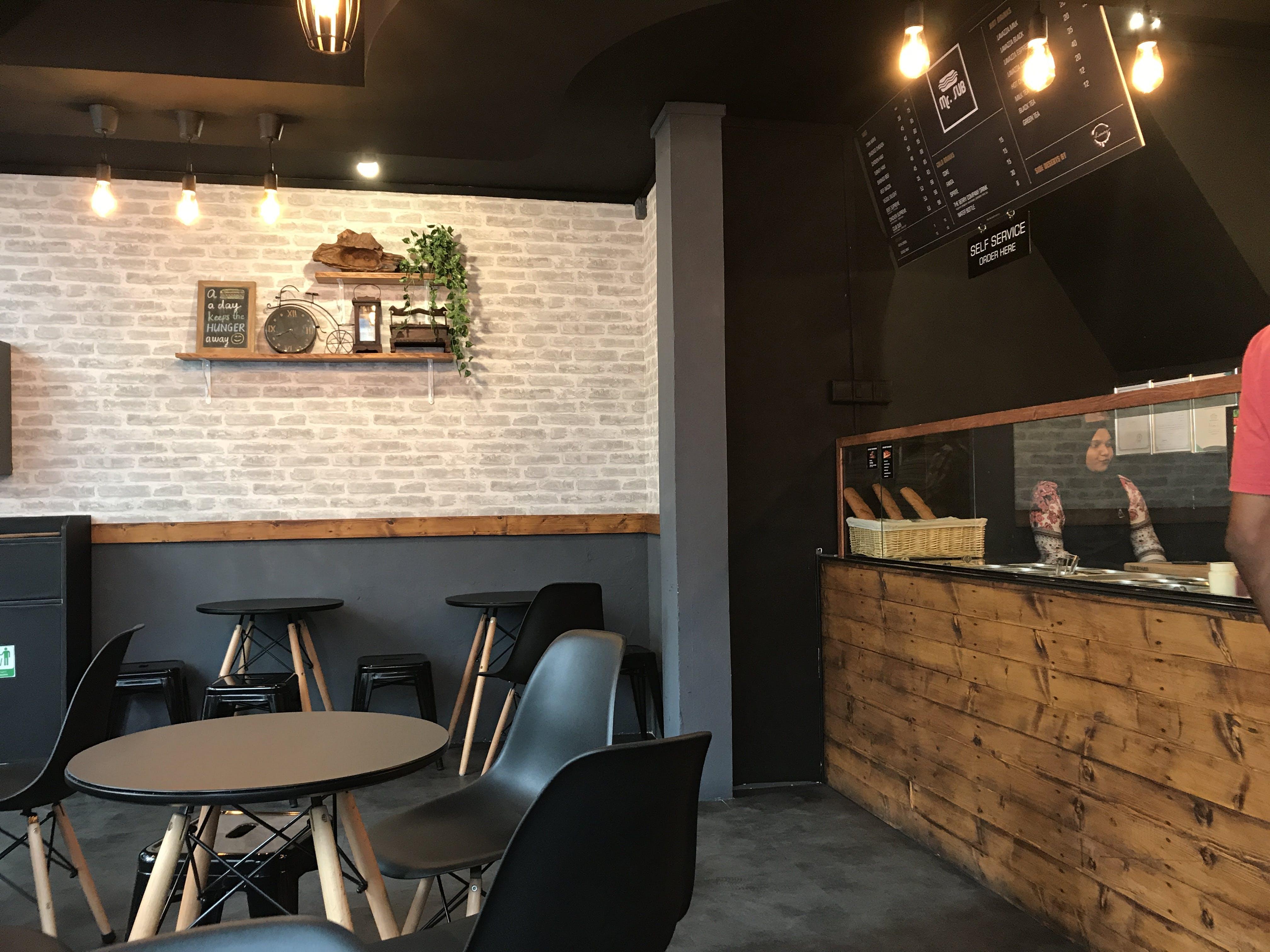 Kostenloses Stock Foto zu restaurant, menschen, beleuchtung, mauer